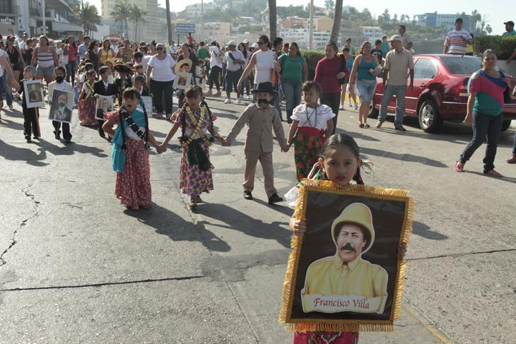Desfilan Niños Y Niñas De Primaria Y Kinder En El Marco Del