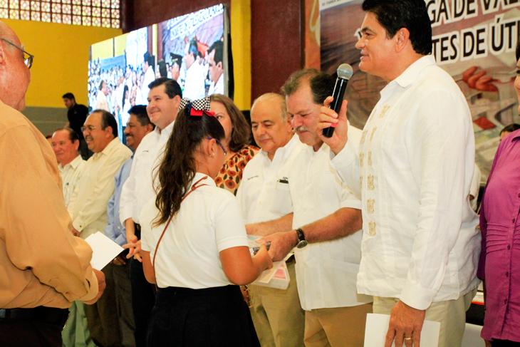 López Valdez recalcó que los vales de uniformes y útiles escolares